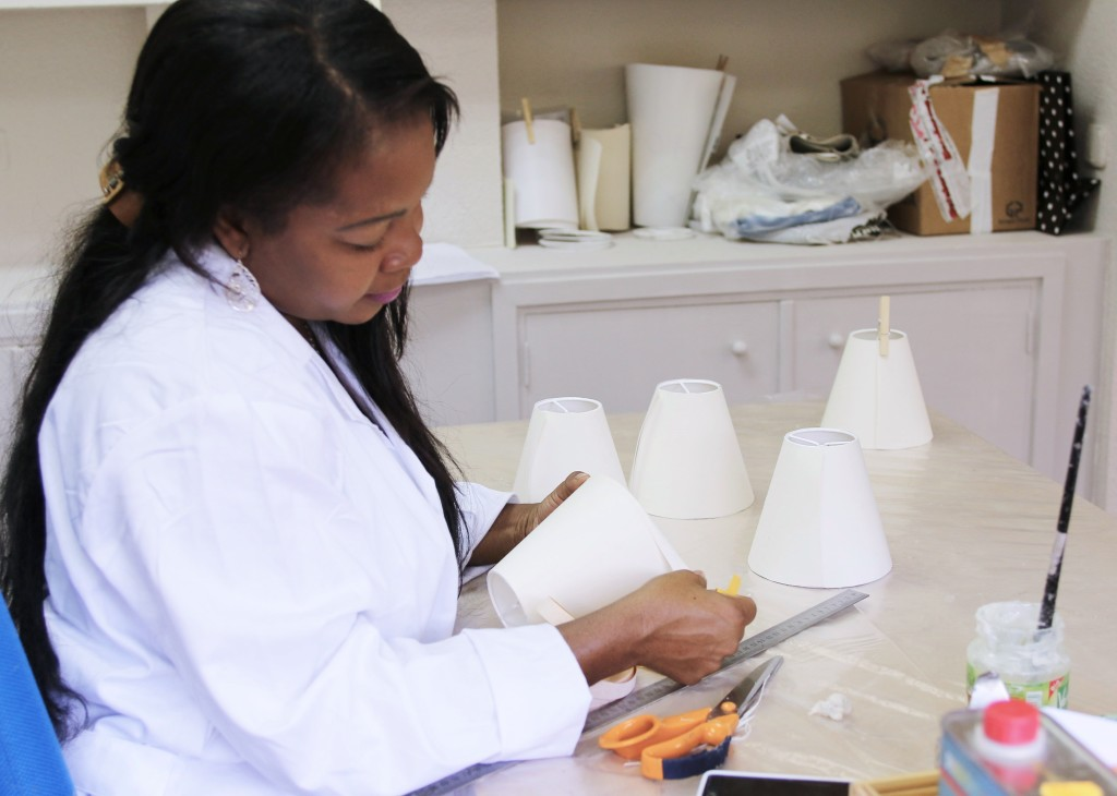 Trabajadora de SoulEM realizando pantallas de lámpara