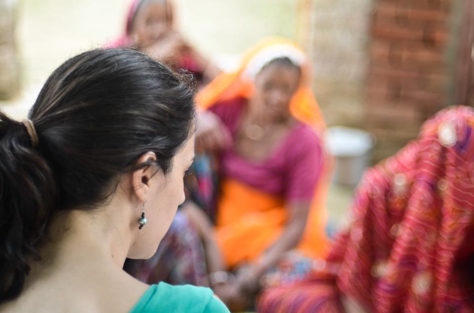 Anna Alamán y mujeres en India